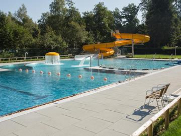 The outdoor swimming pool of the leisure center Troisvierges